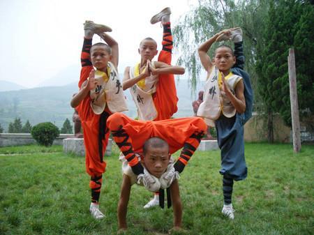 少林寺武术学校的学员在练武